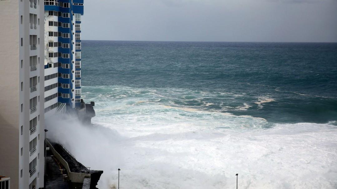 El fuerte oleaje obliga a desalojar otras 65 viviendas en Tenerife