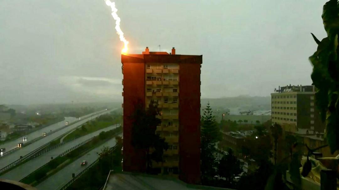 El espectacular impacto de un rayo sobre un edificio de Málaga