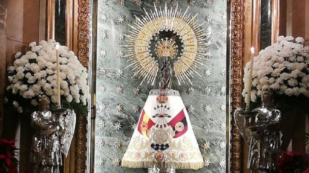 La Virgen del Pilar, con un manto de Falange