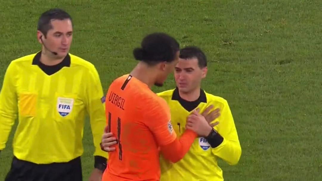 El aplaudido gesto del capitán de Holanda al ver al árbitro llorar por la muerte de su madre