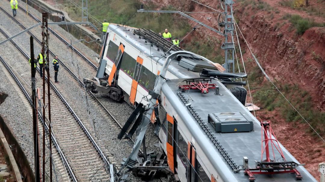 Un muerto y medio centenar de heridos tras descarrilar un tren en Barcelona