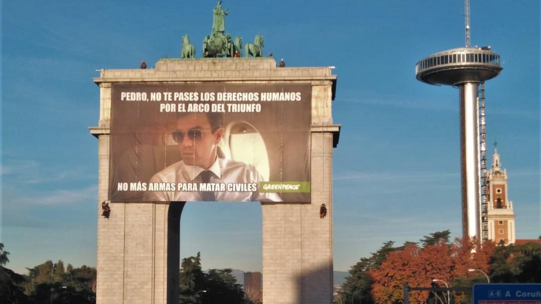 Greenpeace cuelga una pancarta gigante en Madrid contra la venta de armas a Arabia Saudí
