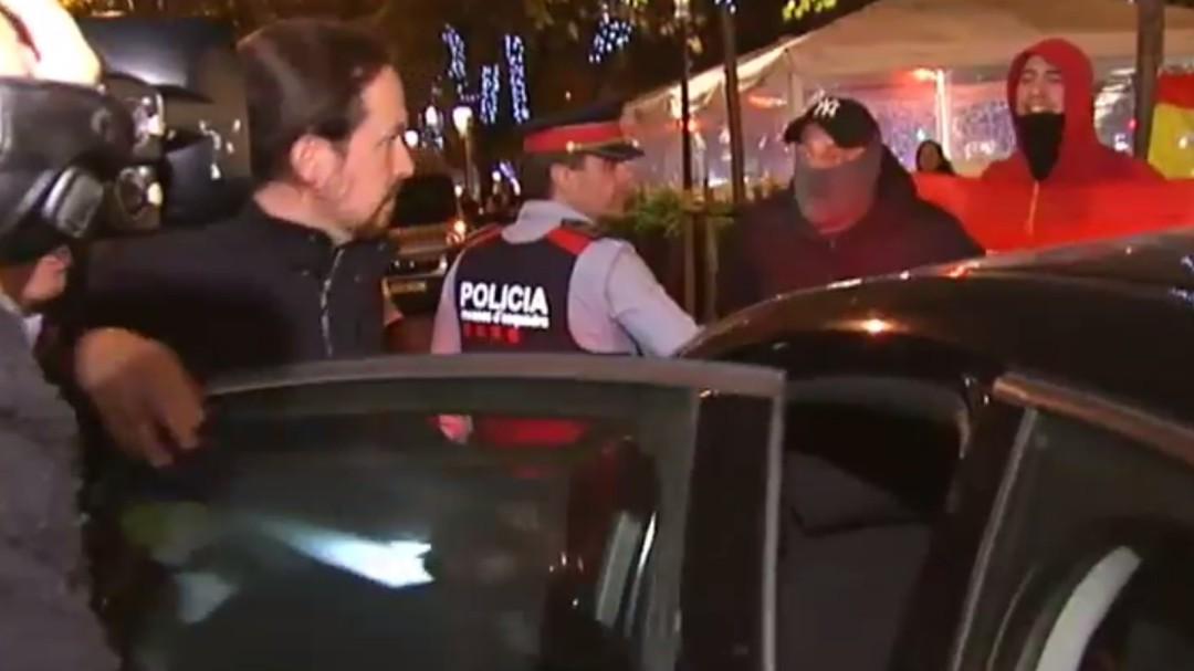 Encapuchados de extrema derecha increpan a Pablo Iglesias en Barcelona