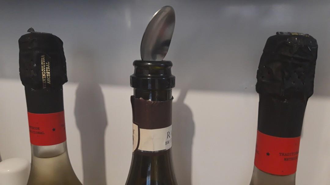 ¿Sirve de algo poner una cucharita tapando las botellas de cava?