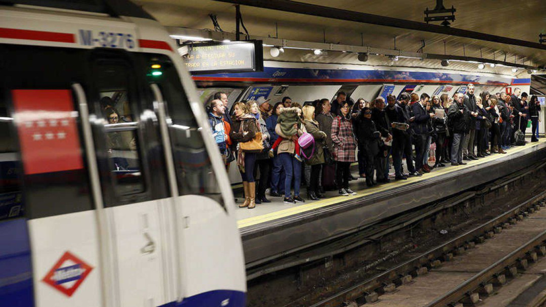 La ecuación incomprensible de Metro: más viajeros y menos trenes