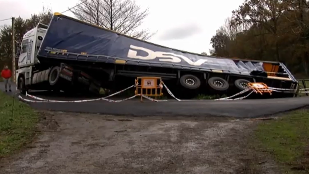 Un camionero polaco, abandonado tras volcar su camión con 22.000 litros de cerveza en Cantabria por seguir a su GPS